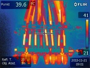 Fußbodenheizverteiler mit elekt. Thermostat, Thermografie des Verteilerschrankes