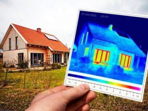 Gebäudethermografie eines Einfamilienwohnhauses, Digitalbild und Thermografiebild
