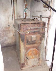 Energieberatung für Wohngebäude zur Erneuerung des uralten Festbrennstoffkessels im Kellerraum
