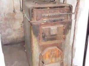 uralter Festbrennstoffkessel im Kellerraum, Energieberatung