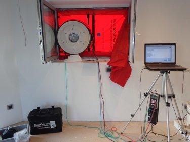 Ventilator in Fensteröffnung eingebaut, Blower Door Gerät mit Thermografie im Einsatz, Energieberater, Nürnberg, Hof Erlangen