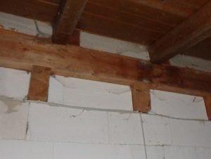 Deckenbalken bis Außenkante Mauerwerk ohne Außenputz, Luftdichtheit fehlt