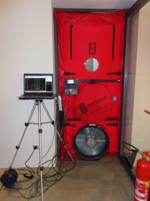 Blower Door Test Blowr Door Messung XXL-Bürogebäude in Holzständerbauweise, Effizienzhaus
