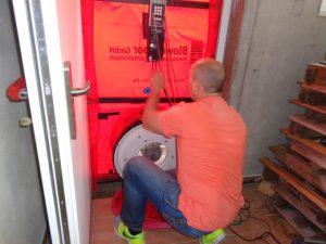 Einbau Blower Door Gebläse in Türöffnung, Energieberatung Hof, Nürnberg